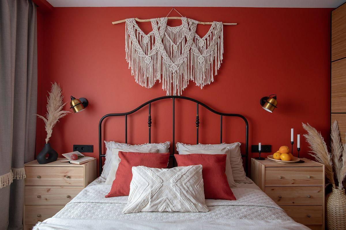 Vas dan hiasan dinding anyaman menambahkan sentuhan pesona shabby chic ke kamar tidur modern kecil