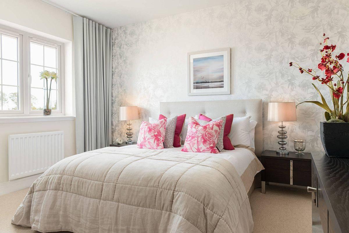 Wallpaper-aksen-bantal-dan-vas-dekoratif-bunga-menambahkan-motif-alam-ke-kamar-klasik-ini-76202