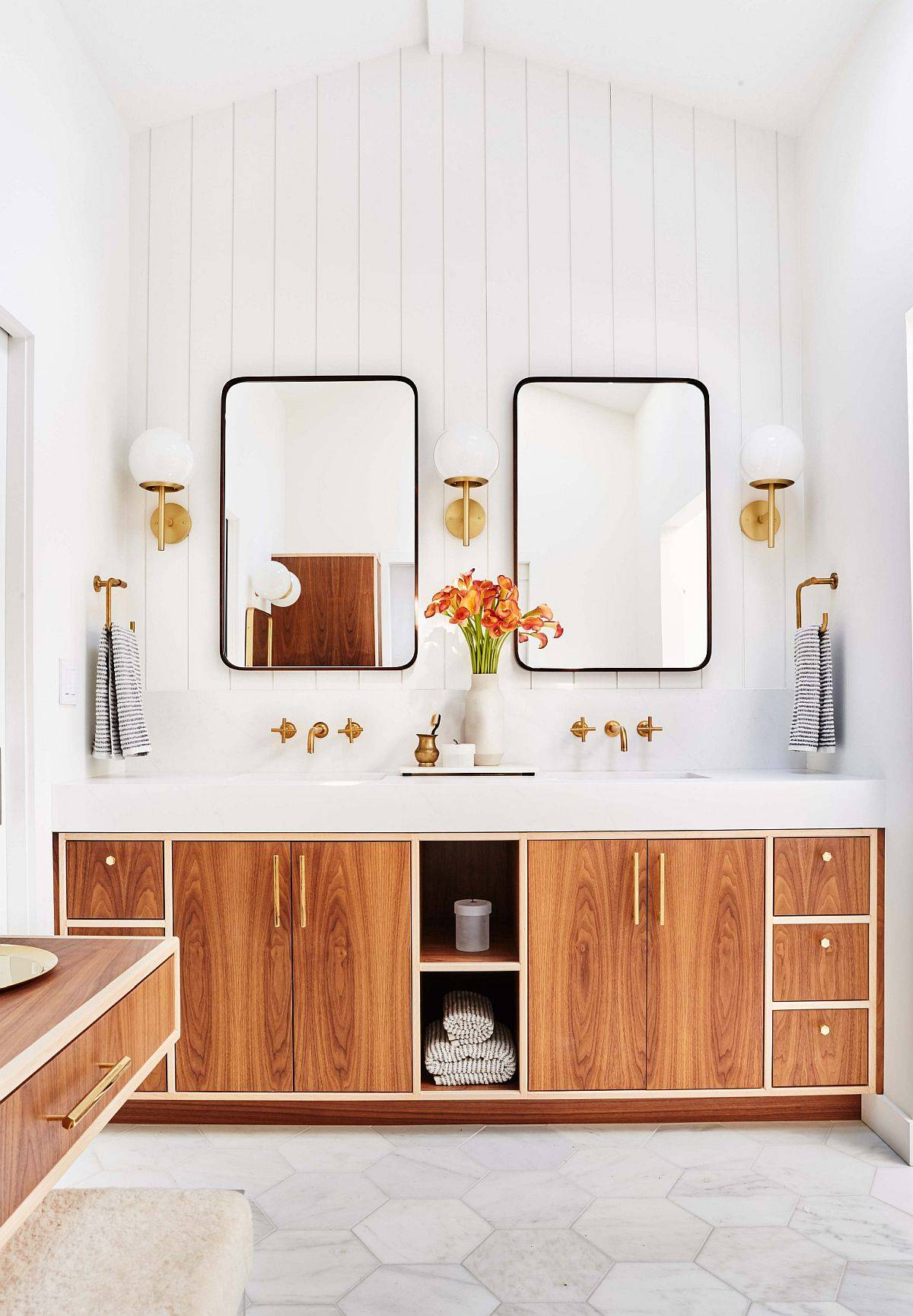 Wood-and-white-is-a-trendy-color-scheme-in-the-modern-bathroom-with-Scandinavian-touches-39697