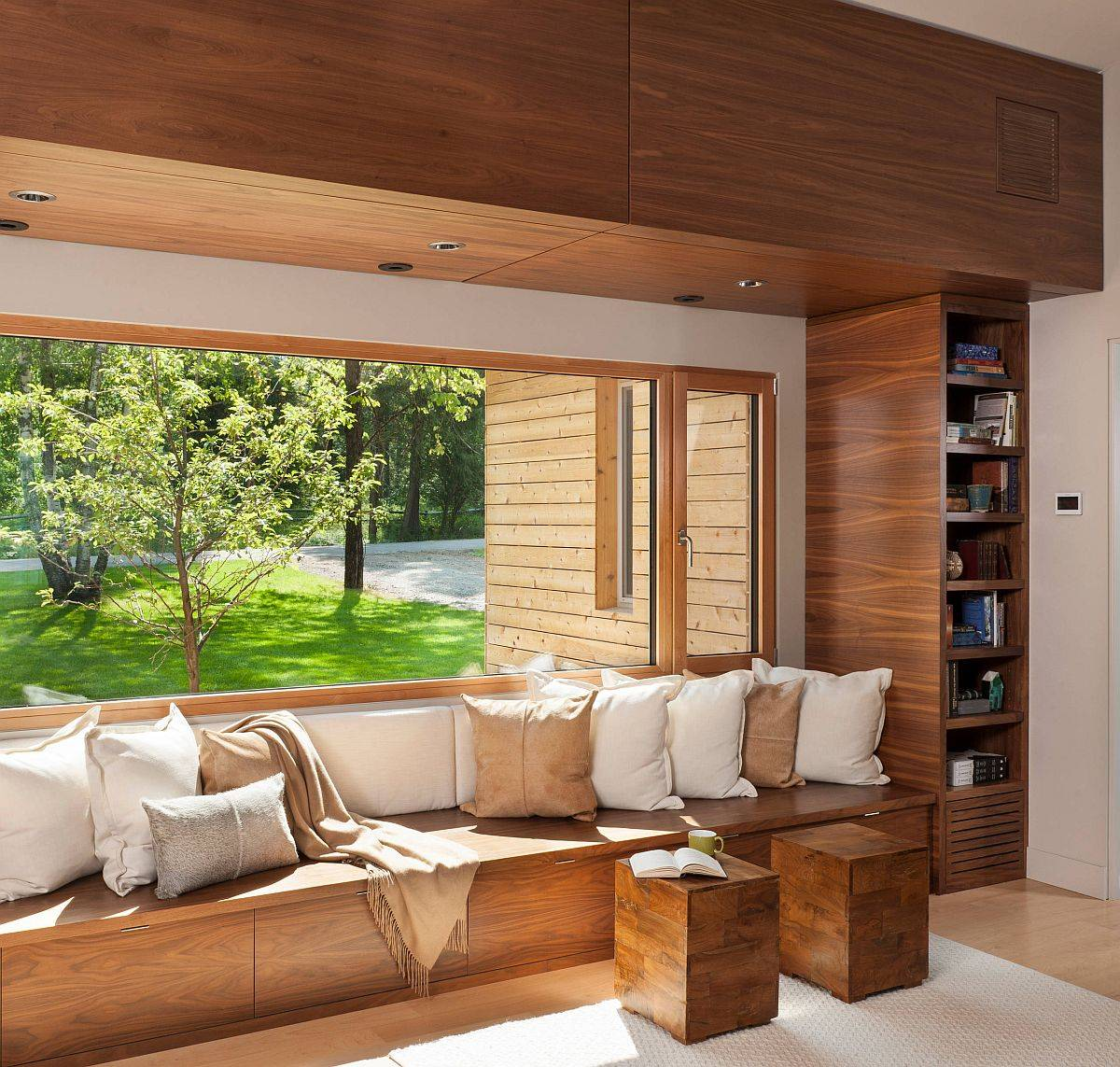 Wooden built-in benches are the most popular setaing options in the small family room