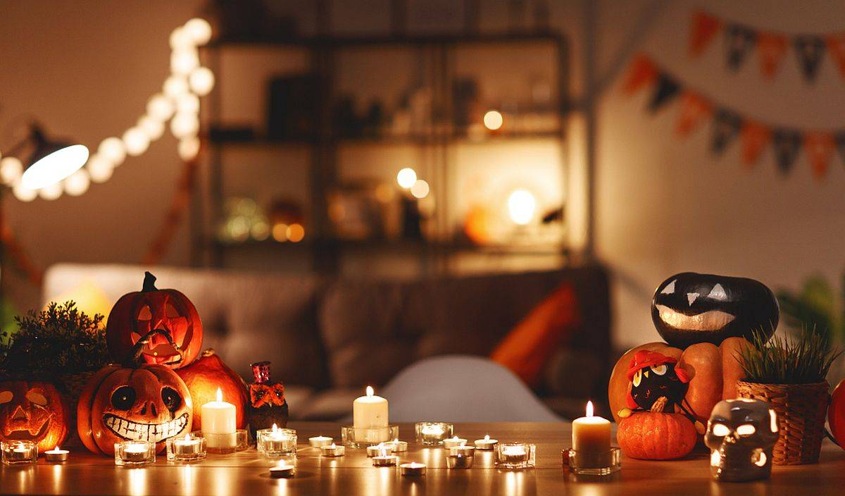 Candles , pumpkins and a few candles allow you to decorate your home for Halloween with an air of minimalism