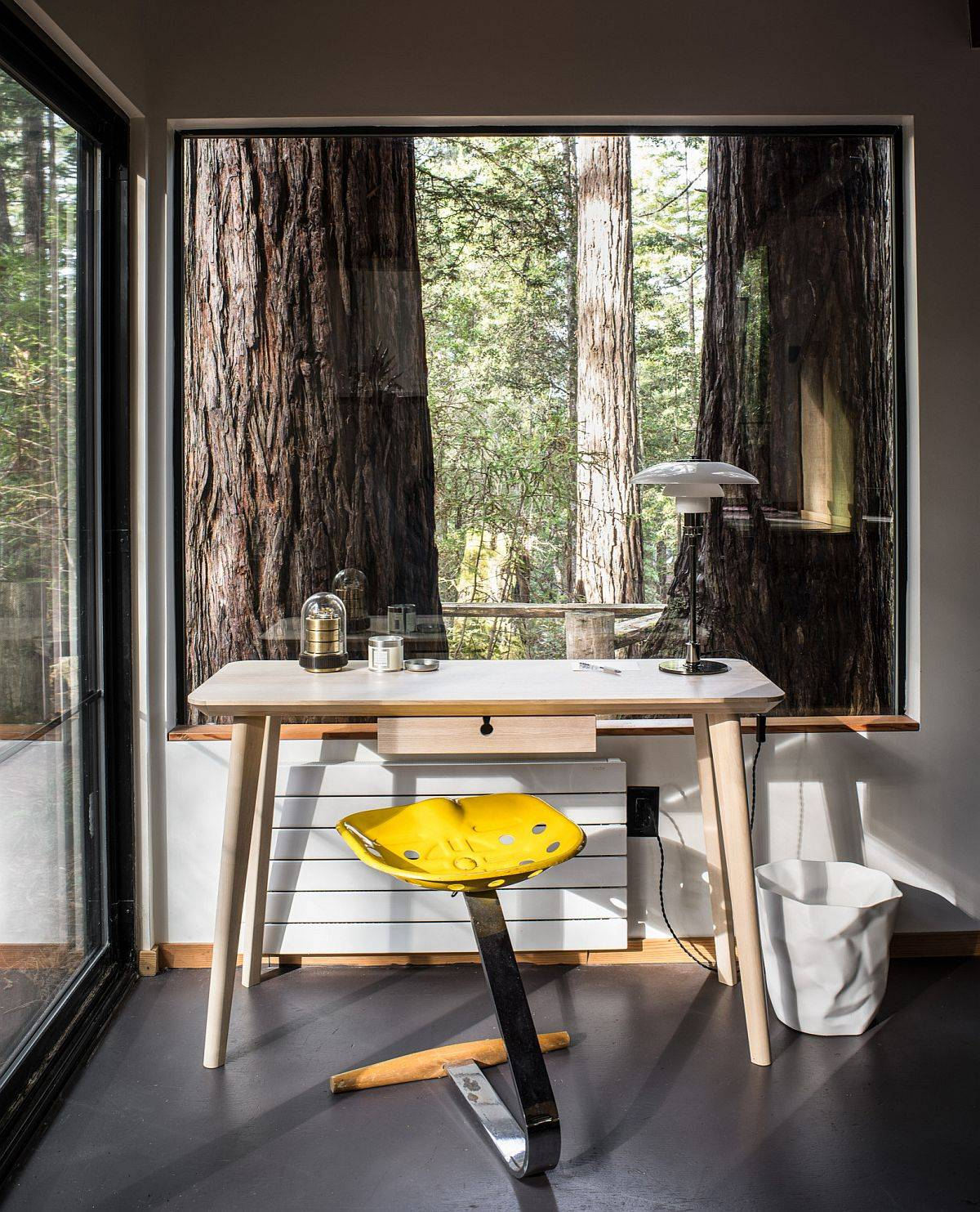 Dense canopy outside and the giant trees give rustic appeal to this small mdoern rustic home office