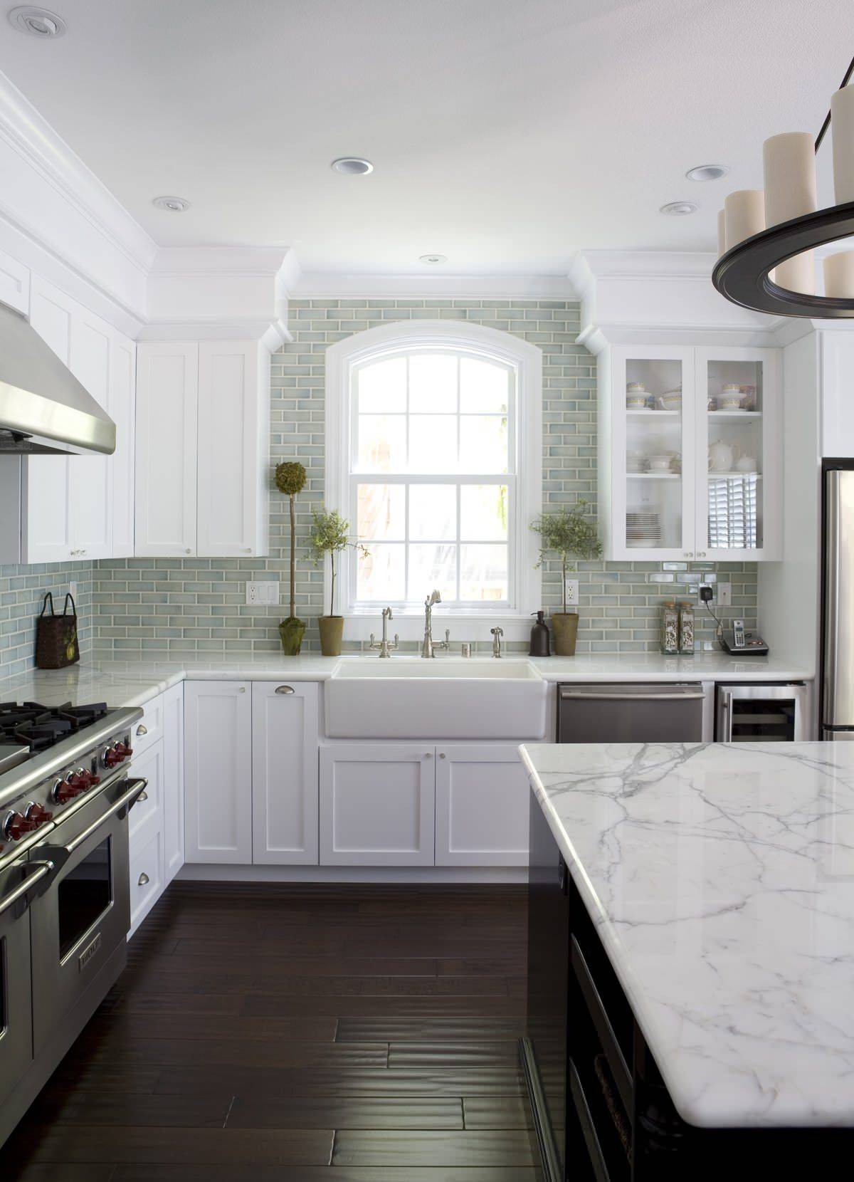 Traditional-kitchen-in-San-Francisco-with-a-black-and-white-color-scheme-along-with-marble-countertops-14449